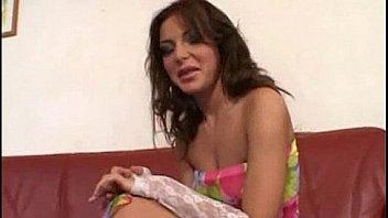 Опытный озорник выполняет женщине куни и трахает ее на дивана