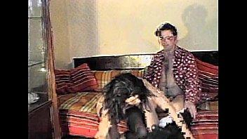 Игривая зрелая девчушка в нейлоновых чулках ебется с юным факером