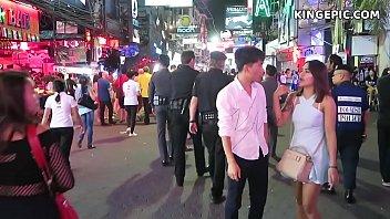 Китаянка в золотом браслете и с тату на всю спину шпилится с парнем у картины