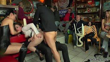 Девушка в ниформе кончает от мастурбации перед камерой