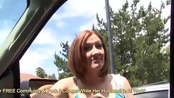 Упитанная девица с широкими задницей улеглась в кресле