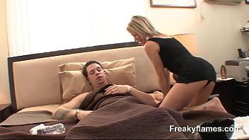 Юноша пальцами довёл худенькую тёлку до сквирт оргазма и вскоре после отсоса кончил ей в ротик