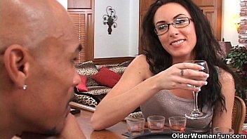 Грудастая мама ласкает пенис темнокожего фут фетишиста ступнями