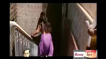 Медработница с крупными сиськами раздевается в палате