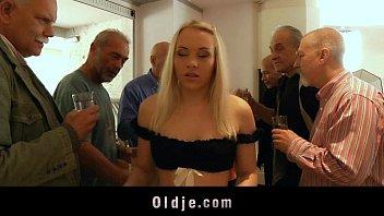 Молодая шлюха-блондинка попробовала райский секс с первым встречным