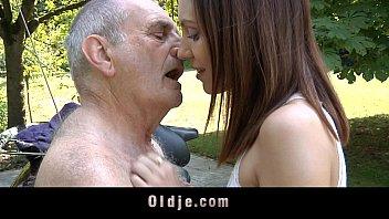 Похотливая брюнеточка лобызает член и подставляет половую щелочку