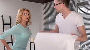 Негр удивил шлюху-блондинку своим длинным членом