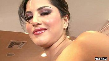 Красивая лесбияночка с огромными сиськами лижет дырку тонкий телочки с маленькими дойками
