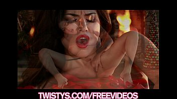 Саманта саинт с упругими грудями и в темных чулочках занимается порно с спутником на диванчика