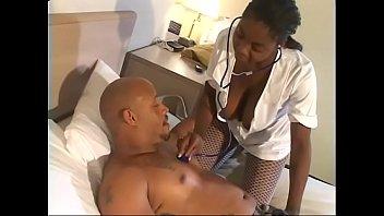 Чернокожий мускулистый парень раздвигает булки белокурой давалки и пердолит ее в очко