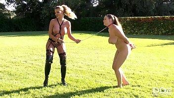 Лезбиянки в красном белье демонстрируют вагины и выполняют спутник спутнику куни